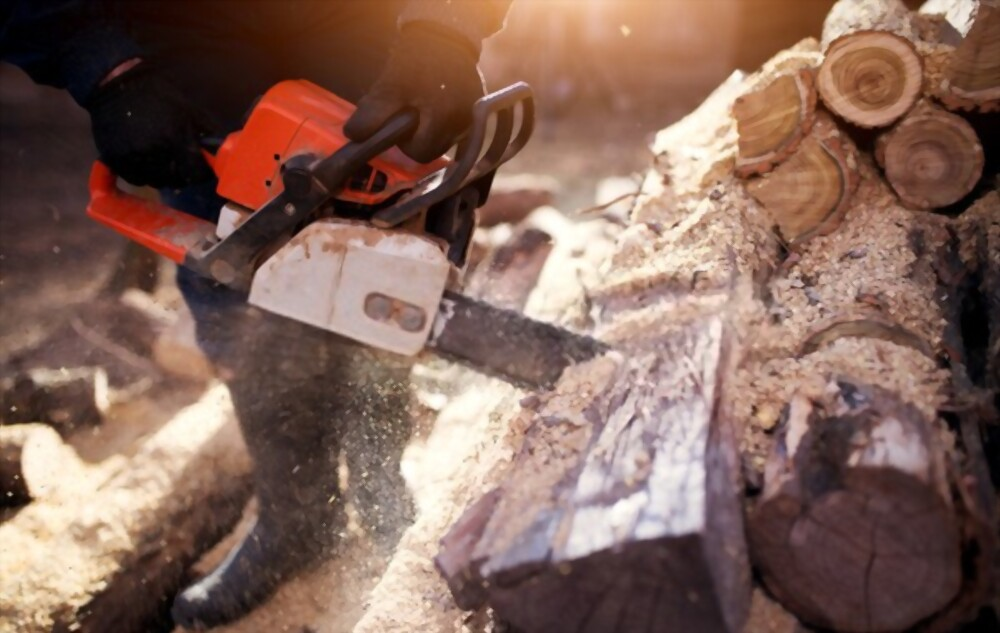 How to use a chainsaw to slice woods