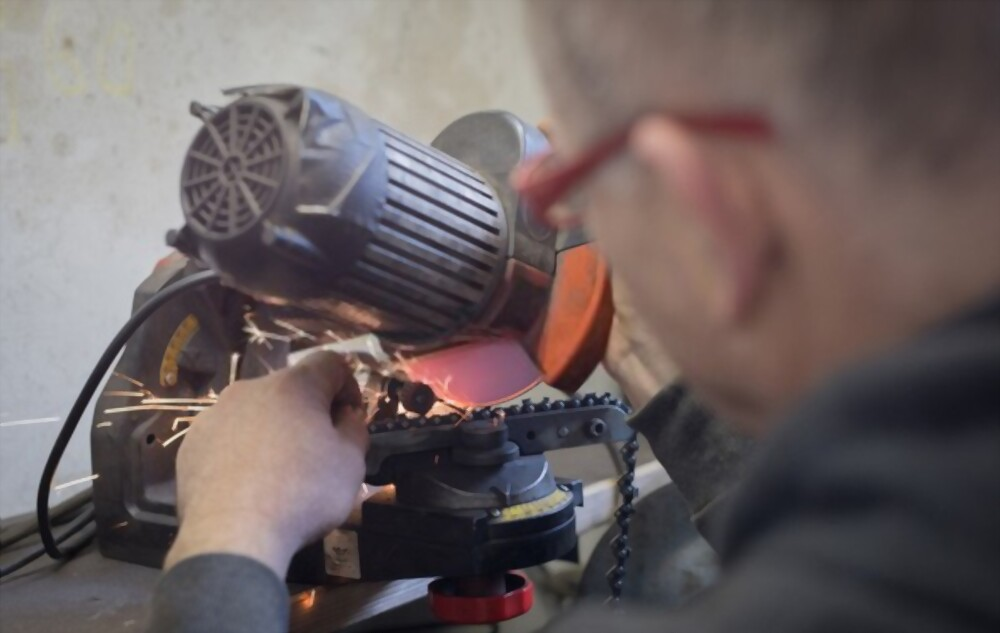 How to use an Electric sharpener to sharpen the chainsaw blade
